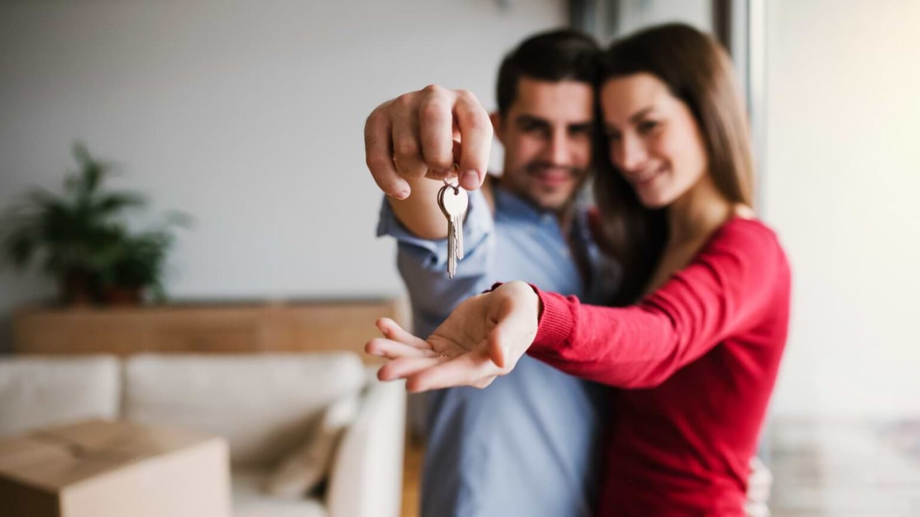 a-young-couple-with-a-key-and-cardboard-boxes-948JHVA-1-1536x1024